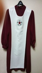 日本ルーテル教会飯田教会様 ハンドベルクワイヤー用ガウン(ロゴマークはオリジナルの刺繍で、袖先が絡まないよう筒袖になっています)